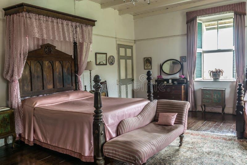 Décor rose de chambre à coucher de cru comprenant un salon français antique de cabriolet de chaise longue à l'intérieur d'une mai photos libres de droits
