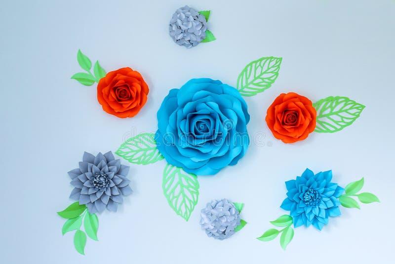 Décor sur le mur - belles fleurs de papier lumineuses photographie stock