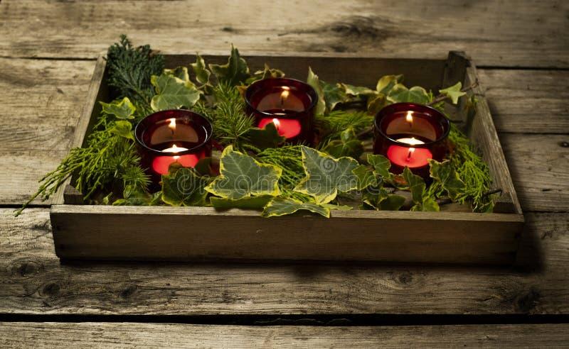 Décor, tealights et lierre de table de Noël dans un plateau en bois images stock