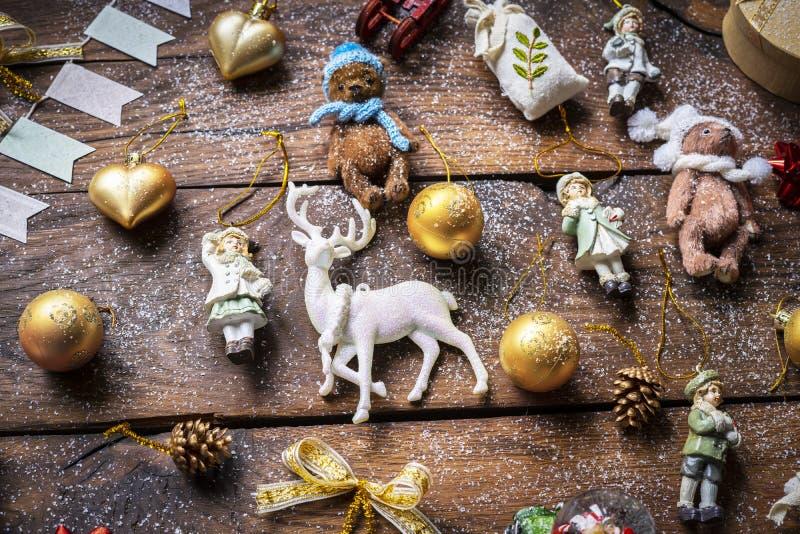 Décor vintage multicolore de Noël sur une vieille planche en bois photographie stock libre de droits