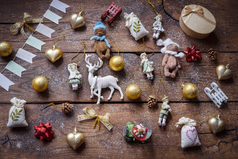 Décor vintage multicolore de Noël sur une vieille planche en bois image libre de droits