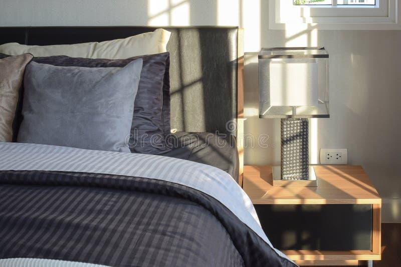 Décoratif intérieur de chambre à coucher avec la lampe moderne de table de chevet images libres de droits
