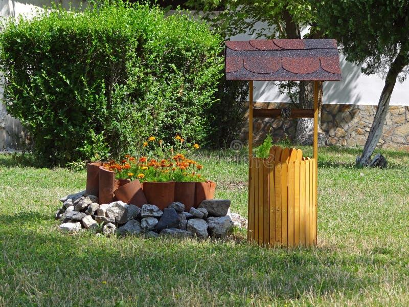 Décoratif puits d'eau dans le jardin image libre de droits