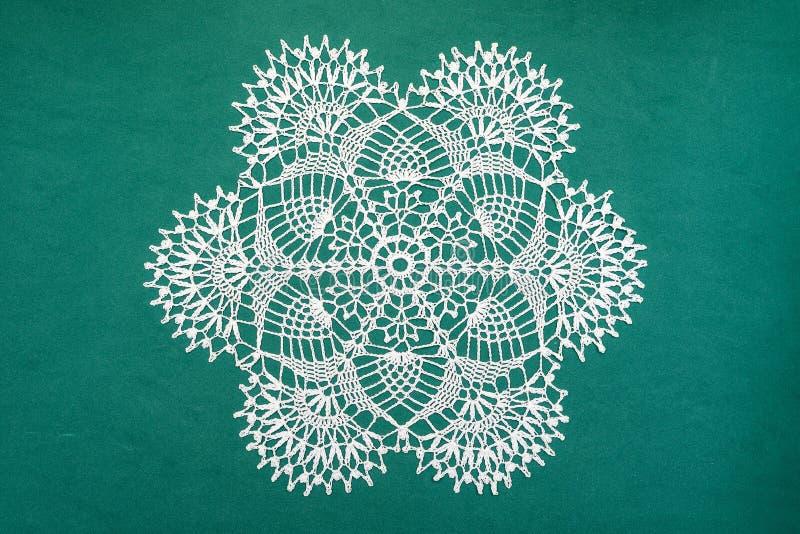 Décoration à crochet de maison de serviette de dentelle sur le vert photographie stock libre de droits