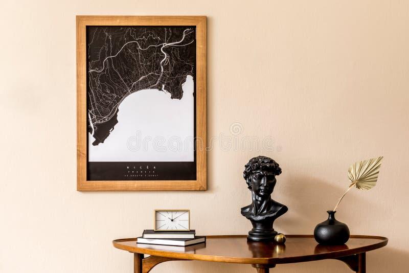 Décoration élégante de la maison avec accessoires intérieurs élégants et cadre à baldaquin images stock