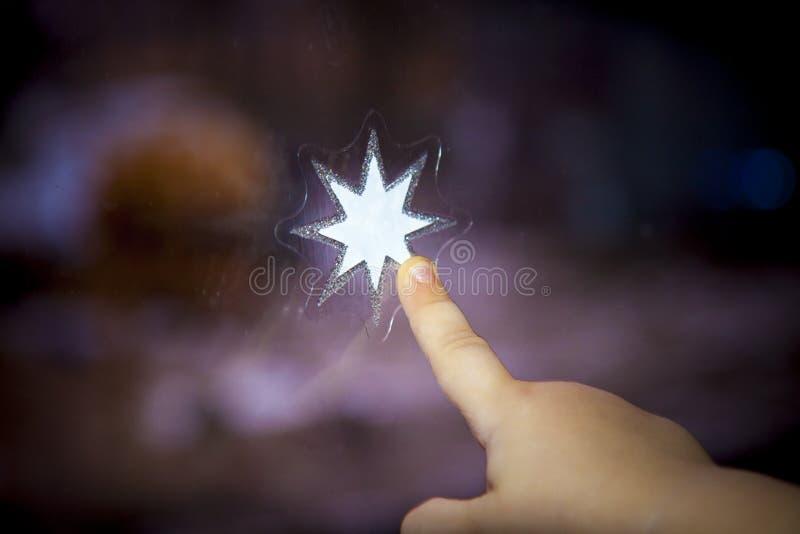 Décoration émouvante d'étoile de main et de doigt d'enfant image libre de droits