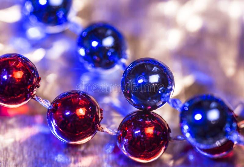 Décoration abstraite Perles rouges et bleues sur le fond brillant photographie stock libre de droits