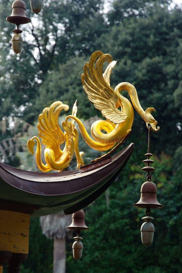 Décoration animale d'imagination d'or d'une pagoda de style chinois image libre de droits