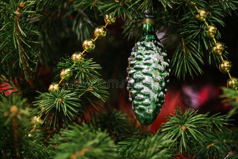 Décoration antique d'arbre de Noël depuis l'URSS - cône de sapin Jouet d'arbre de Noël dans les branches vertes du sapin images stock