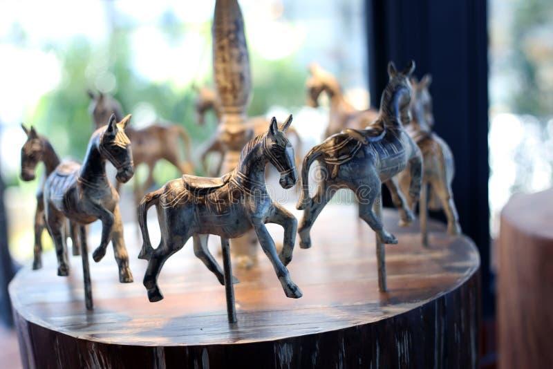 Décoration antique de vintage de chevaux en bois de carrousel dans le magasin antique photos libres de droits