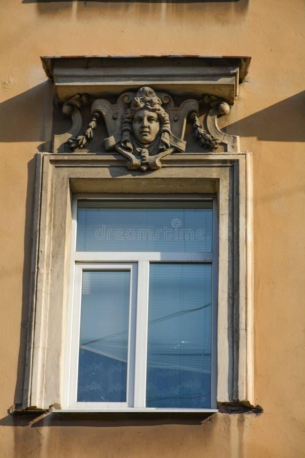 Décoration au-dessus de la fenêtre avec un cadre blanc images stock
