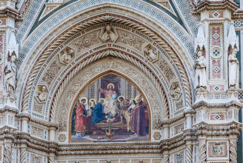 Décoration au-dessus de la porte de la cathédrale de Santa Maria del Fiore photos libres de droits