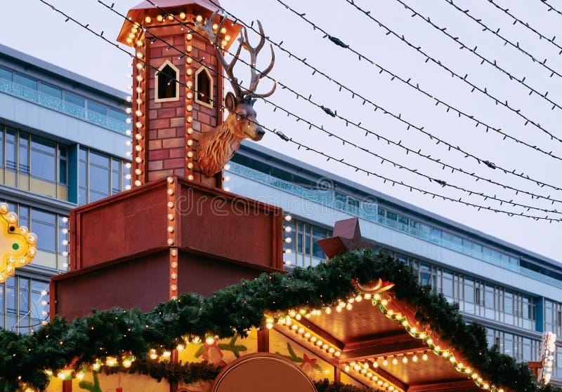 Décoration au marché de Noël chez Kaiser Wilhelm Memorial Church en hiver Berlin, Allemagne Advent Fair et stalles avec des métie photos libres de droits