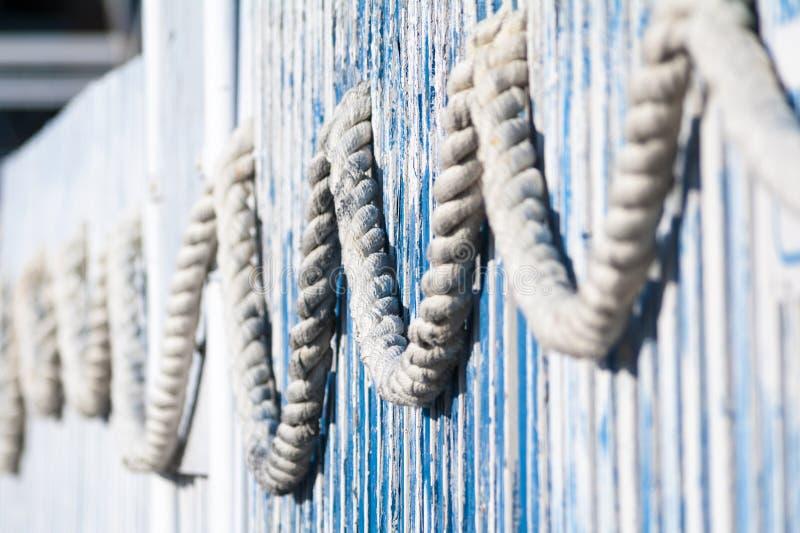 Décoration avec des cordes de marin au bord de la mer photos libres de droits