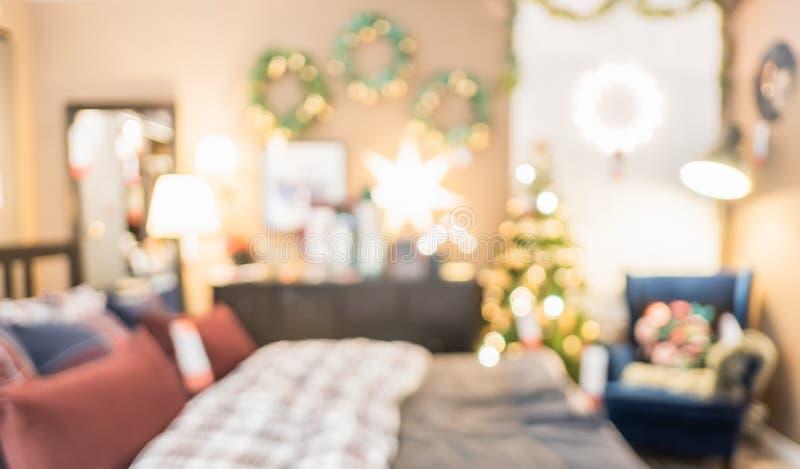 Décoration brouillée abstraite d'arbre de Noël avec la lumière de ficelle à la chambre à coucher dans la maison avec le fond de b photographie stock libre de droits