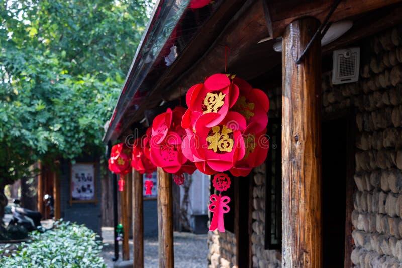 Décoration chinoise de fête Les lanternes rouges chinoises accrochent sur la façade d'un bâtiment sur la rue images libres de droits