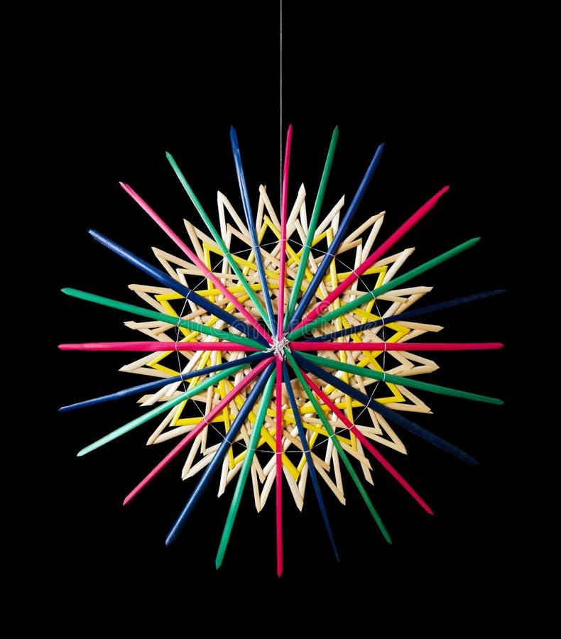 Décoration colorée de Noël d'étoile de paille au-dessus de noir illustration stock