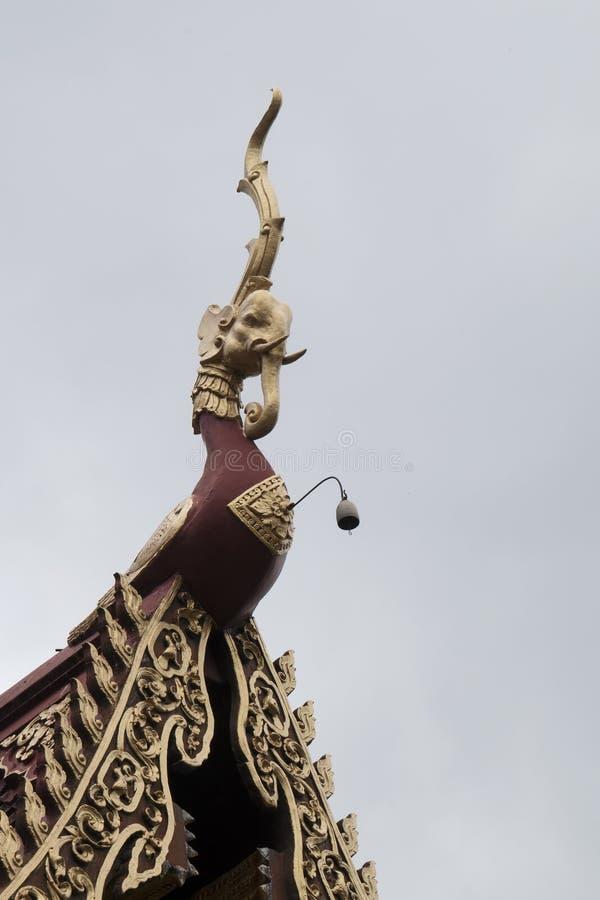 Décoration découpée de toit d'éléphant chez Wat Saen Muang Ma Luang image libre de droits