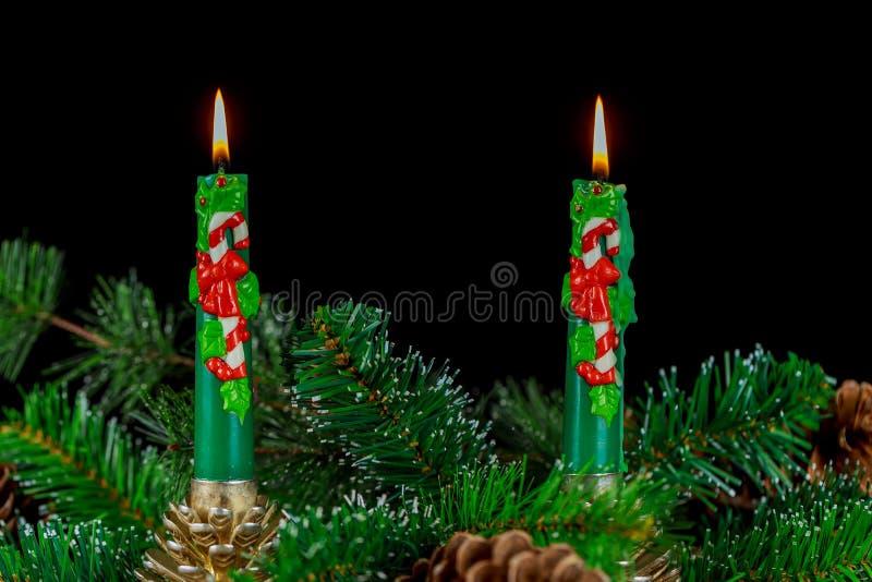 Décoration d'avènement avec la bougie brûlante Fond de Noël images libres de droits