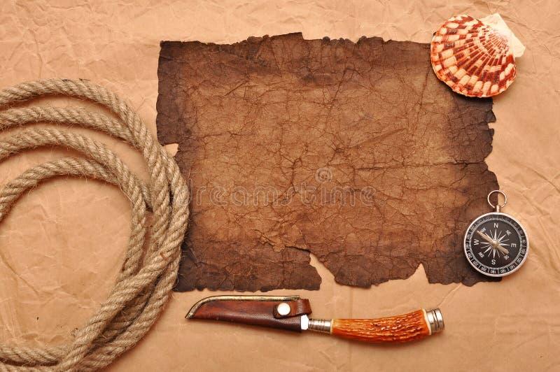 Décoration d'aventure avec le compas sur le vieux papier images stock