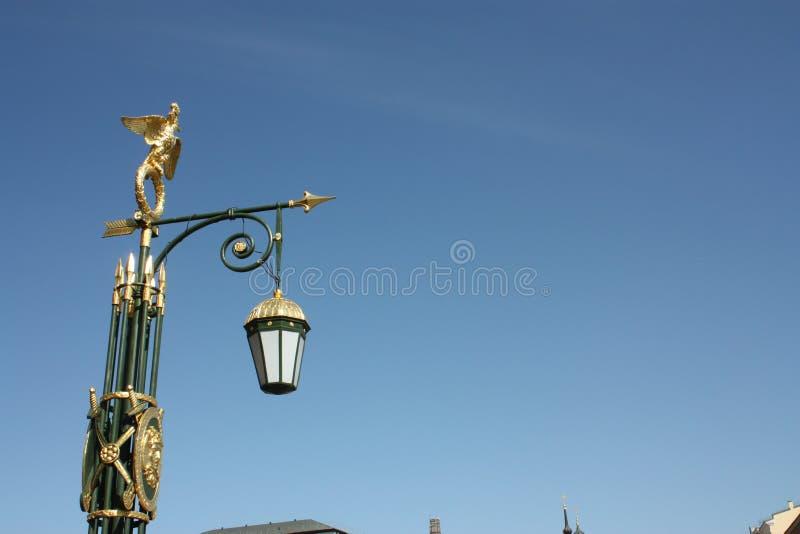 Décoration d'or de courrier de lampe sur le fond de ciel photographie stock libre de droits