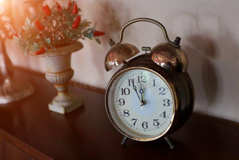 Décoration d'horloge et de fleur sur le mur en bois de vintage images libres de droits