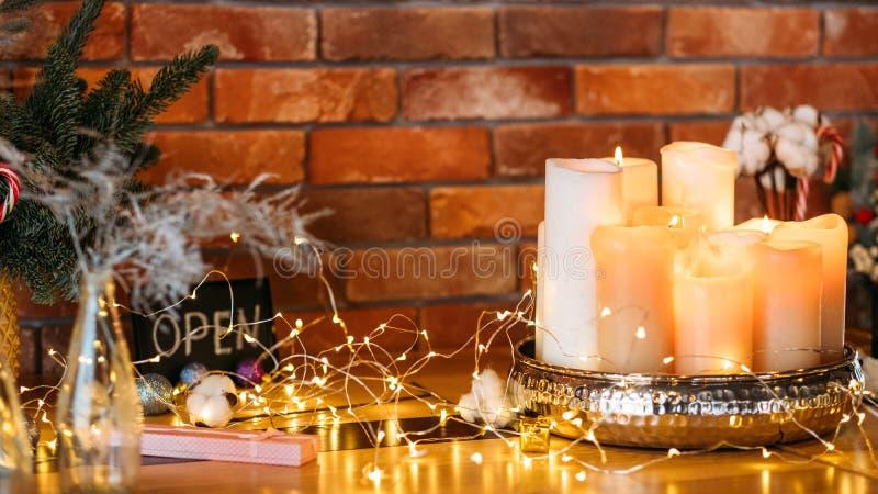 Décoration d'intérieur festive fées fées feux bougies image stock