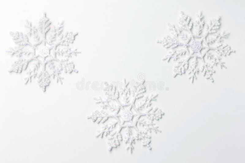 Décoration d'ornement de flocon de neige sur le blanc photographie stock