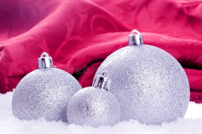 Décoration de bille de Noël avec la neige photos libres de droits