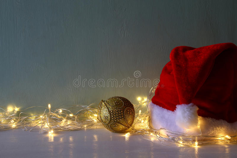 décoration de boule d'or de Noël avec les lumières chaudes de guirlande photographie stock