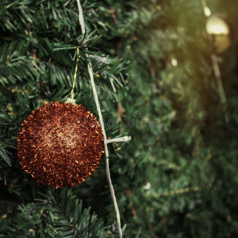 Décoration de boule de Noël sur l'arbre vert images stock