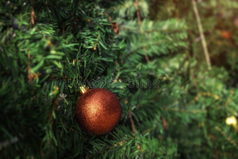 Décoration de boule de Noël sur l'arbre vert photographie stock