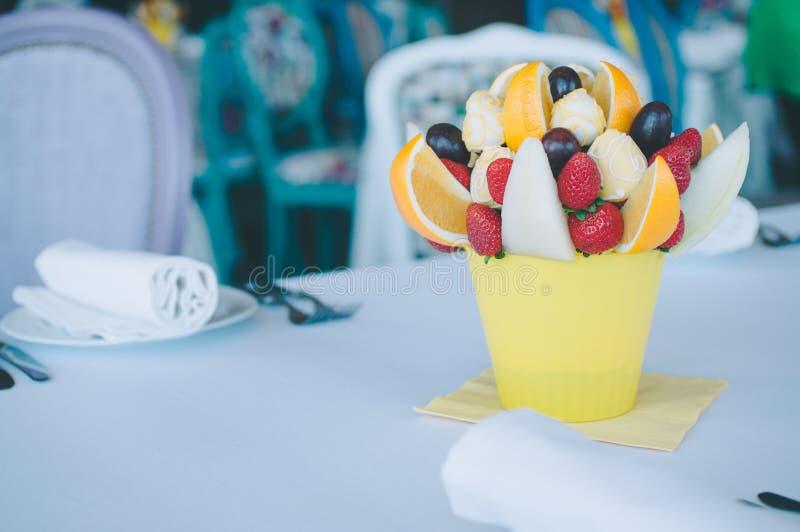 Décoration de bouquet de fruit sur la table de salle à manger images stock