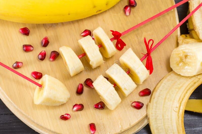 Décoration de chiche-kebab de banane servie sur le plateau en bois photos libres de droits