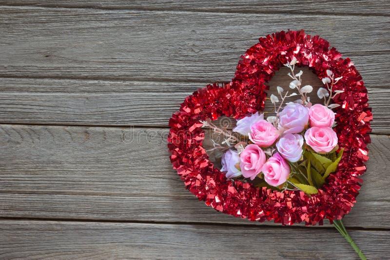Décoration de coeur de tresse sur le fond en bois images stock