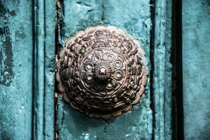 Décoration de cuivre sur la vieille porte dans Cuzco photographie stock libre de droits