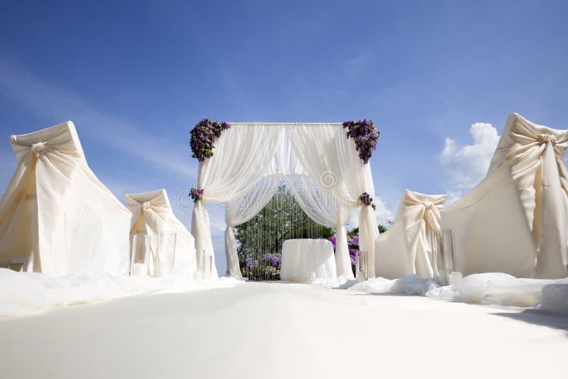 Décoration de fête de mariage et ciel bleu image libre de droits