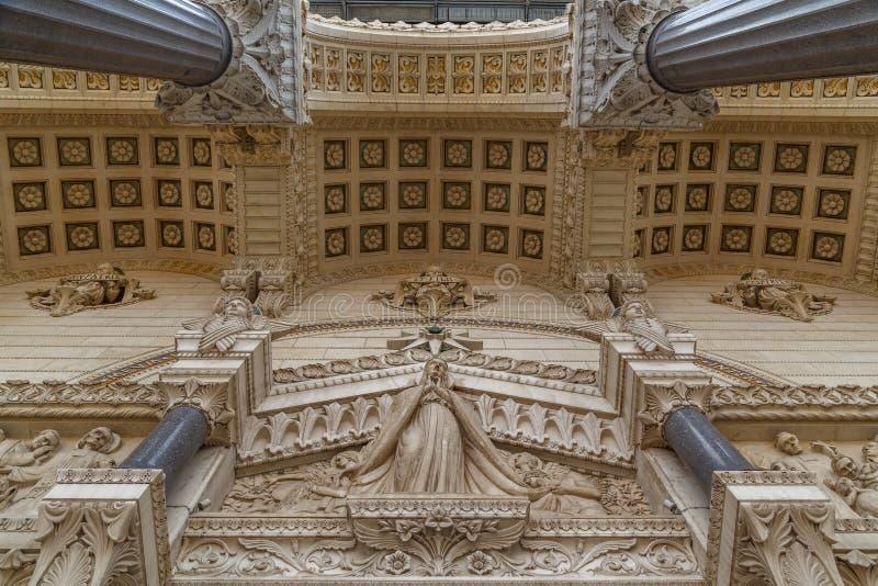 Décoration de façade de basilique de Notre-Dame de Fourviere à Lyon photographie stock