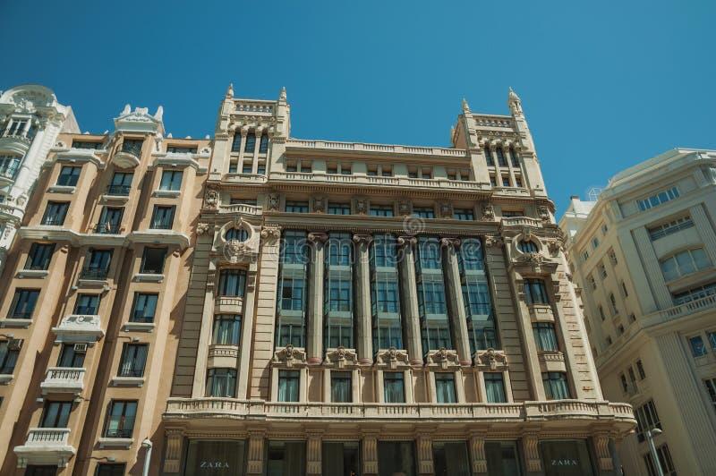 Décoration de façade sur de vieux bâtiments pleins des fenêtres à Madrid photos libres de droits