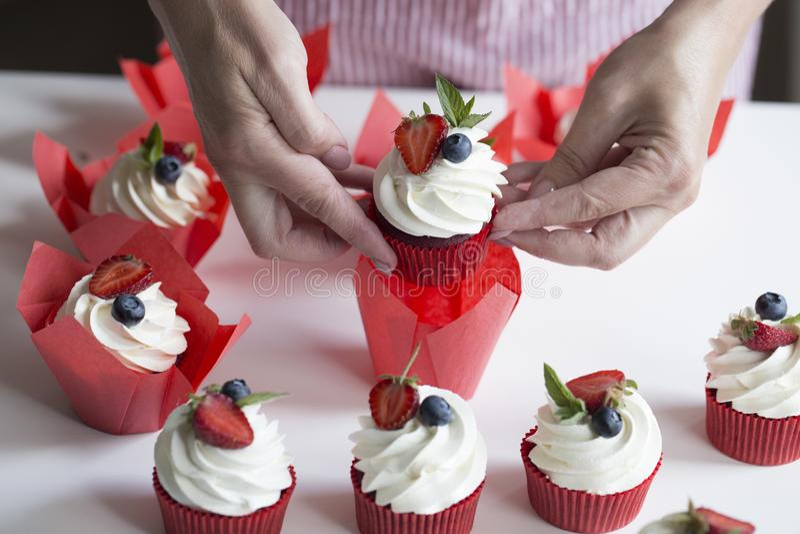 Décoration de femme petits gâteaux délicieux Mains de plan rapproché du chef De photo libre de droits