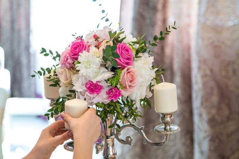 Décoration de fleur avec des bougies image stock