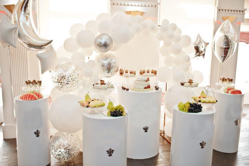 Décoration de friandise installée avec les gâteaux et les bonbons délicieux photos libres de droits