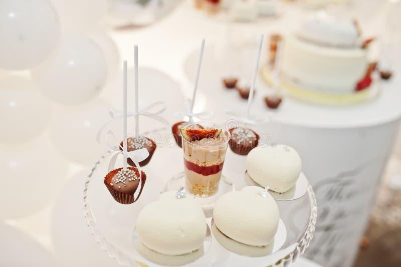 Décoration de friandise installée avec les gâteaux et les bonbons délicieux photo stock