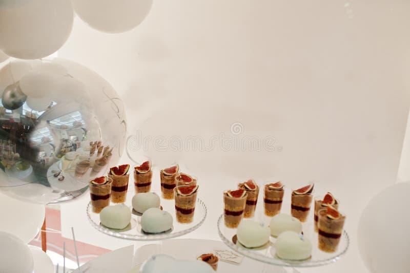 Décoration de friandise installée avec les gâteaux et les bonbons délicieux photographie stock
