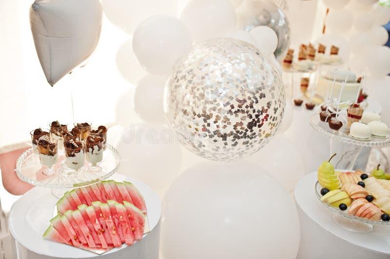 Décoration de friandise installée avec les gâteaux et les bonbons délicieux photographie stock libre de droits