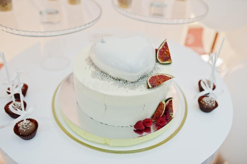 Décoration de friandise installée avec les gâteaux, le tarte et les bonbons délicieux photographie stock libre de droits