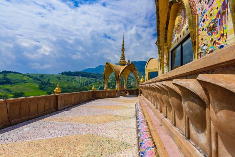 Décoration de grande pagoda principale d'abords dans le temple de Wat Phra That Pha Son Kaew chez Phetchabun image stock