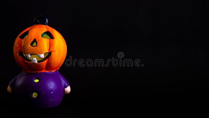 décoration de Halloween où peu de tête RVB de potiron a allumé avec le fond noir image libre de droits