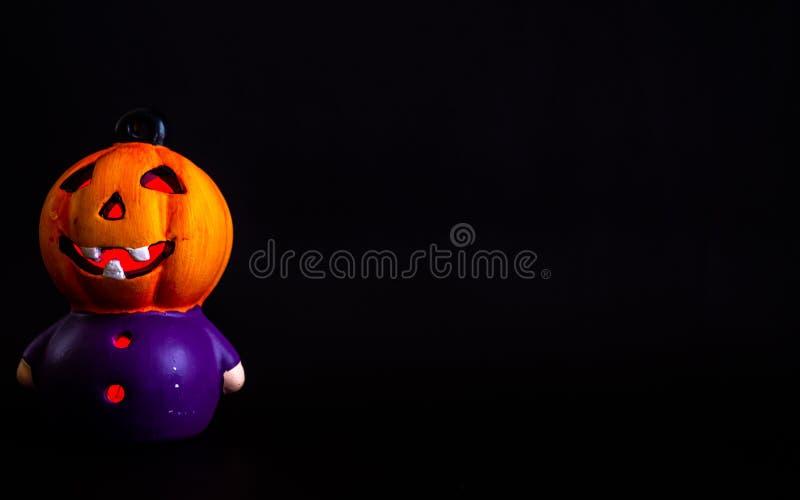 décoration de Halloween où peu de tête RVB de potiron a allumé avec le fond noir photographie stock