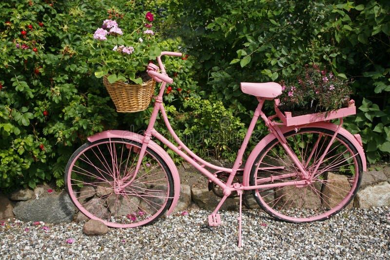 Décoration de jardin photo stock. Image du vélo, désuet - 7438568